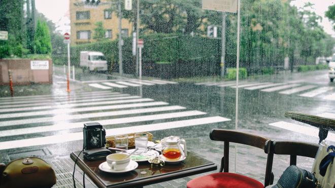 Góc quán cafe nhìn ra màn mưa.